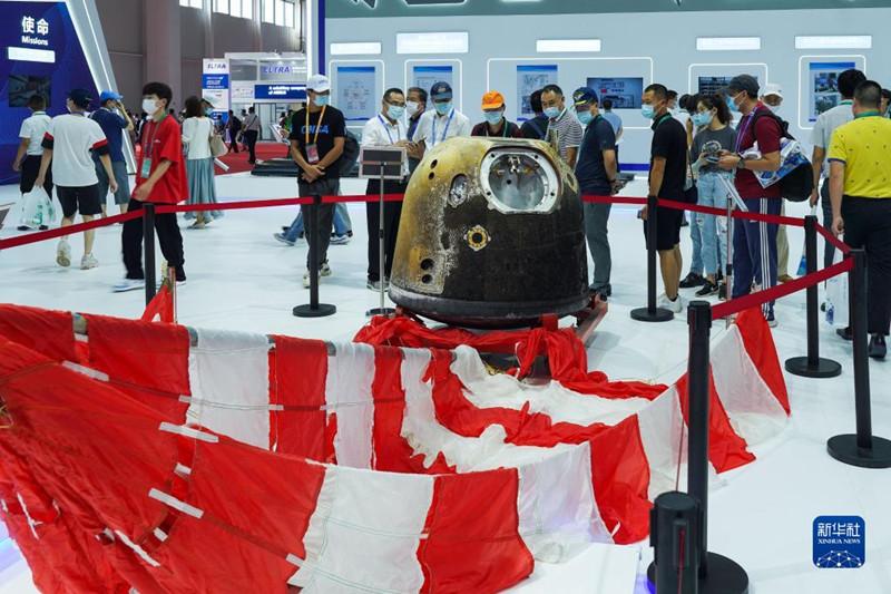 嫦娥五号返回舱及月壤亮相中国航展